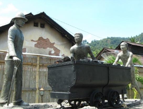 http://padangindahrentcar.files.wordpress.com/2011/11/07022011103657monumen_orang_rantai.jpg?w=545
