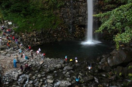 Sejumlah wisatawan menikmati keindahan wisata alam air terjun Lembah Anai , Kabupaten Tanah Datar, Sumbar,